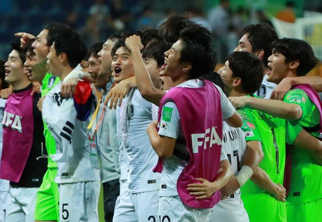 11일 오후(현지시간) 폴란드 루블린 경기장에서 열린 2019 국제축구연맹(FIFA) 20세 이하(U-20) 월드컵 4강전 한국과 에콰도르의 경기가 1-0 한국의 승리로 끝나며 결승 진출이 확정된 뒤 U-20 대표팀 이강인 등 선수들이 그라운드에 서 어깨동무를 한 채 관중석을 바라보며 '오, 필승 코리아!' 구호를 외치며 기뻐하고 있다. 연합뉴스