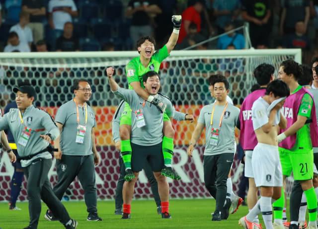 11일 오후(현지시간) 폴란드 루블린 경기장에서 열린 2019 국제축구연맹(FIFA) 20세 이하(U-20) 월드컵 4강전 한국과 에콰도르의 경기가 1-0 한국의 승리로 끝나며 결승 진출이 확정된 뒤 U-20 대표팀 이광연 골키퍼가 김대환 골키퍼 코치의 등에 업혀 포효하고 있다. 연합뉴스