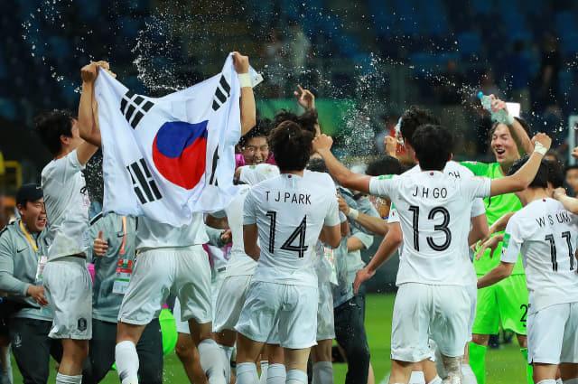11일 오후(현지시간) 폴란드 루블린 경기장에서 열린 2019 국제축구연맹(FIFA) 20세 이하(U-20) 월드컵 4강전 한국과 에콰도르의 경기가 1-0 한국의 승리로 끝나며 결승 진출이 확정된 뒤 U-20 대표팀 선수와 코칭스태프가 서로를 향해 물세례를 하며 기쁨을 만끽하고 있다. 연합뉴스