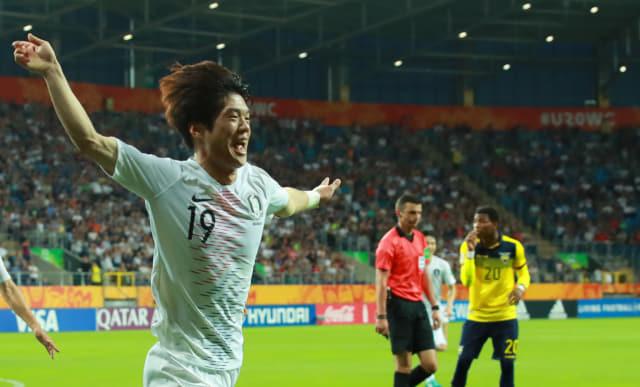 11일 오후(현지시간) 폴란드 루블린 경기장에서 열린 2019 국제축구연맹(FIFA) 20세 이하(U-20) 월드컵 4강전 한국과 에콰도르의 경기. 전반 한국 최준이 선제골을 넣은 뒤 팔을 벌려 그라운드를 달리고 있다. 연합뉴스