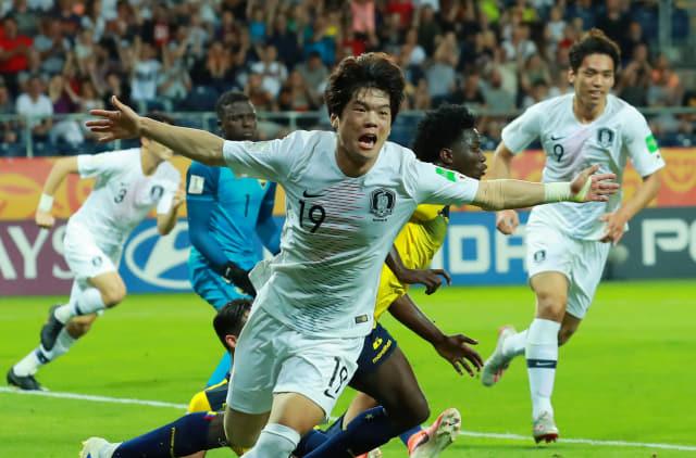 11일 오후(현지시간) 폴란드 루블린 경기장에서 열린 2019 국제축구연맹(FIFA) 20세 이하(U-20) 월드컵 4강전 한국과 에콰도르의 경기. 전반 한국 최준이 선제골을 넣은 뒤 팔을 벌리며 그라운드를 달리고 있다. 연합뉴스