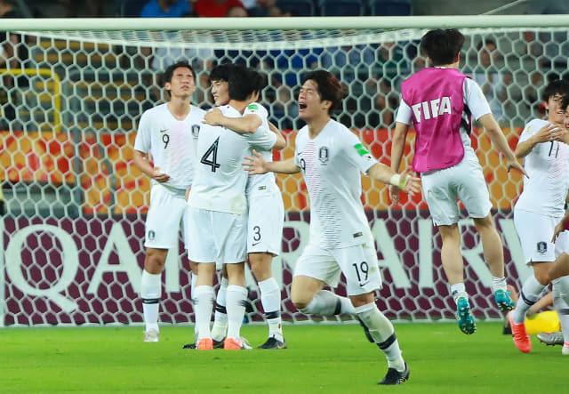 11일 오후(현지시간) 폴란드 루블린 경기장에서 열린 2019 국제축구연맹(FIFA) 20세 이하(U-20) 월드컵 4강전 한국과 에콰도르의 경기가 1-0 한국의 승리로 끝나며 결승 진출이 확정된 뒤 이날 결승골을 넣은 최준(19번)이 그라운드를 달리며 기뻐하고 있다. 연합뉴스
