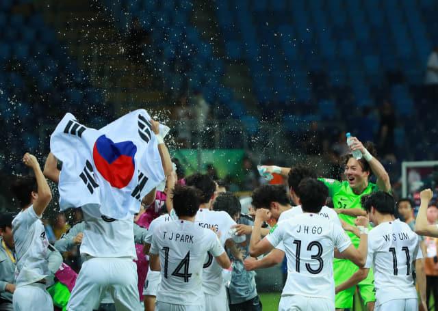 11일 오후(현지시간) 폴란드 루블린 경기장에서 열린 2019 국제축구연맹(FIFA) 20세 이하(U-20) 월드컵 4강전 한국과 에콰도르의 경기가 1-0 한국의 승리로 끝나며 결승 진출이 확정된 뒤 U-20 대표팀 선수들이 정정용 감독(가운데) 등에게 물세례를 하며 사상 첫 결승 진출, 환희의 순간을 만끽하고 있다. 연합뉴스