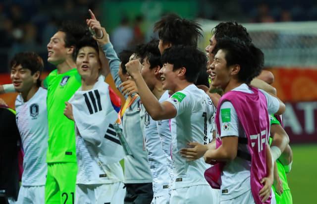 11일 오후(현지시간) 폴란드 루블린 경기장에서 열린 2019 국제축구연맹(FIFA) 20세 이하(U-20) 월드컵 4강전 한국과 에콰도르의 경기가 1-0 한국의 승리로 끝나며 결승 진출이 확정된 뒤 U-20 대표팀 이강인(오른쪽)이 팀 동료들과 어깨동무를 한 채 관중석을 향해 서서 위아래로 뛰며 '오, 필승코리아!' 구호를 외치고 있다. 연합뉴스