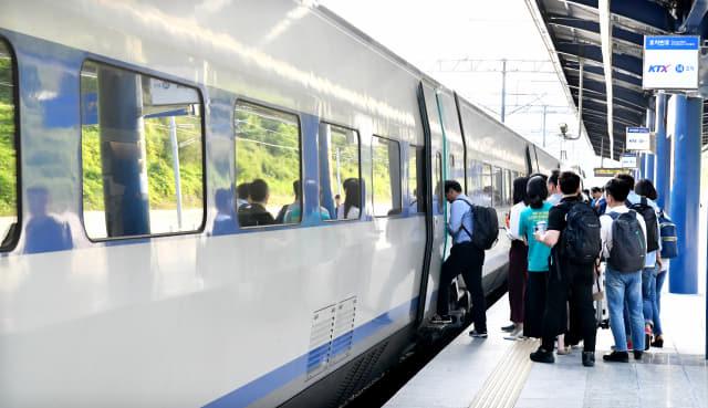 12일 오후 창원중앙역에서 승객들이 KTX 열차에 줄지어 오르고 있다./전강용 기자/