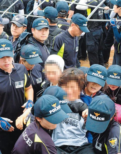 지난 2014년 6월 밀양 송전탑 건설 반대 주민들의 움막을 철거하는 행정대집행에서 경찰이 반대 주민을 강제로 연행하고 있다./경남신문DB/