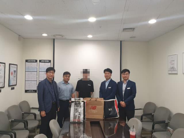 지난 14일 김해서부경찰서, 김해롯데아웃렛 관계자들이 관내 범죄피해자에게 지원 물품을 전달한 후 기념사진을 찍고 있다./김해서부경찰서/