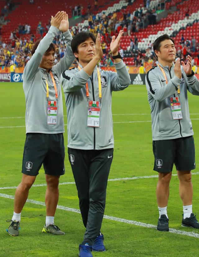 15일 오후(현지시간) 폴란드 우치 경기장에서 열린 2019 국제축구연맹(FIFA) 20세 이하(U-20) 월드컵 결승 한국과 우크라이나의 경기에서 준우승을 차지한 정정용 감독이 그라운드를 돌며 성원해 준 관중석의 한국 응원단에 박수를 치고 있다. 연합뉴스