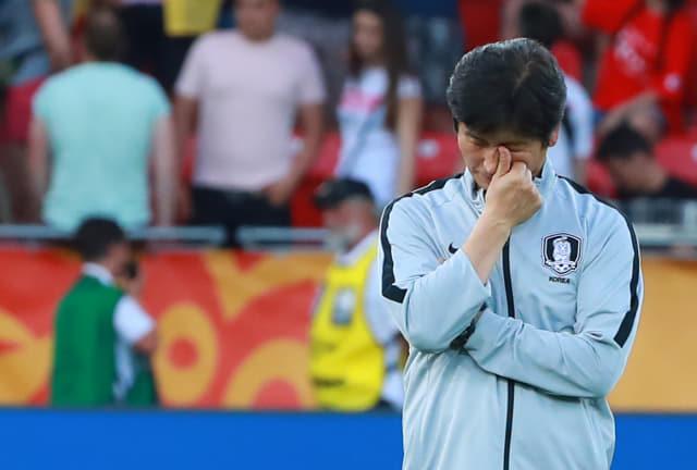 15일 오후(현지시간) 폴란드 우치 경기장에서 열린 2019 국제축구연맹(FIFA) 20세 이하(U-20) 월드컵 결승 한국과 우크라이나의 경기에서 준우승을 차지한 한국 대표팀 정정용 감독이 시상식을 기다리며 손으로 눈을 훔치며 북받치는 감정을 억누르고 있다. 연합뉴스