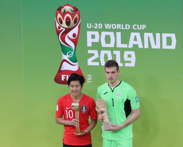 15일 오후(현지시간) 폴란드 우치 경기장에서 열린 2019 국제축구연맹(FIFA) 20세 이하(U-20) 월드컵 결승 한국과 우크라이나의 경기 뒤 열린 시상식에서 골든볼을 수상한 한국 이강인과 골든 글러브를 수상한 우크라이나 루닌 골키퍼가 함께 기념촬영을 하고 있다. 연합뉴스
