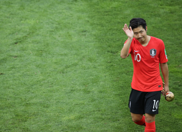 15일 오후(현지시간) 폴란드 우치 경기장에서 열린 2019 국제축구연맹(FIFA) 20세 이하(U-20) 월드컵 결승전을 마친 뒤 골든볼을 수상한 이강인이 관중석을 향해 손을 흔들고 있다./연합뉴스/