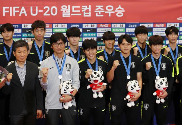 폴란드에서 열린 축구 U-20 월드컵에서 준우승을 차지한 한국 대표팀 정정용 감독(앞줄 왼쪽에서 두 번째)과 이강인(앞줄 왼쪽에서 세 번째) 등 선수들이 17일 오전 영종도 인천국제공항으로 귀국해 기념촬영을 하고 있다. 연합뉴스