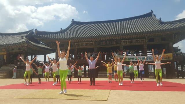 지난 16일 영남루에서 펼쳐진 '제1회 밀양요가 여행으로 초대'에서 박일호 시장이 요가동작을 따라하고 있다.