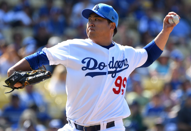 류현진(로스앤젤레스 다저스)이 16일(현지시간) 미국 로스앤젤레스 다저스타디움에서 열린 시카고 컵스와의 2019 메이저리그(MLB) 경기에 선발 등판해 1회에 투구하고 있다. 연합뉴스