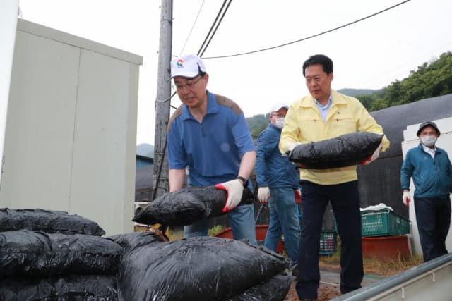 문승욱 도 경제부지사, 의령서 농촌일손돕기
