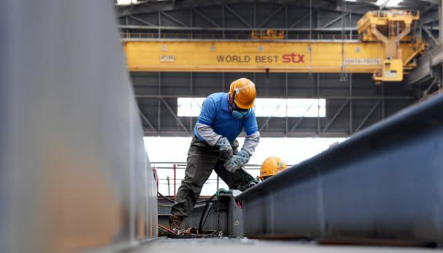지난 12일 창원시 진해구 STX조선해양에서 노동자들이 가용접(취부) 작업을 하고 있다.