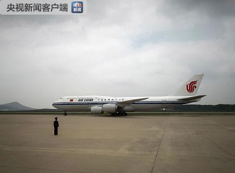 국가주석으로 14년 만에 북한을 방문한 시진핑(習近平) 중국 국가주석의 전용기가 20일 오전 11시 40분께 북한 평양 순안 공항 활주로에 착륙하고 있다. 연합뉴스