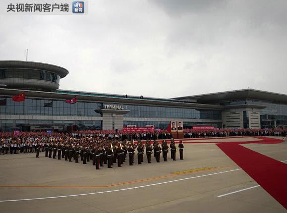 국가주석으로 14년 만에 북한을 방문한 시진핑(習近平) 중국 국가주석의 전용기가 20일 오전 11시 40분께 북한 평양 순안 공항 활주로에 착륙했다. 북한 의장대가 시 주석 환영 의식을 위해 대기하고 있다. 연합뉴스
