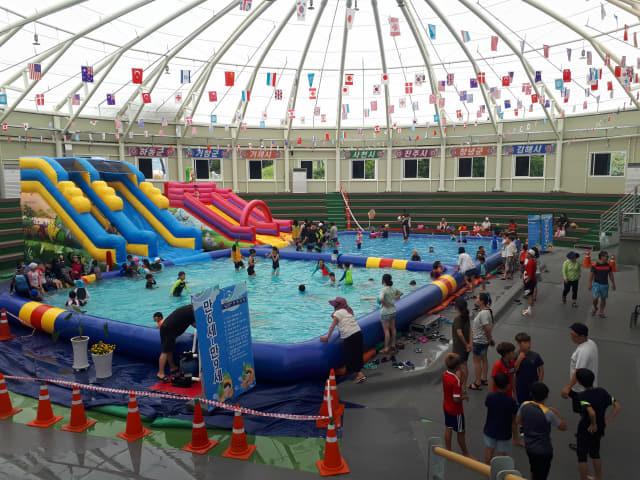 고성군은 하계 휴가 및 방학 기간인 7월 26일부터 8월 25일까지 고성읍 종합운동장 내 씨름장에 유아 및 저학년 아동들이 물놀이를 즐길 수 있는 '어린이 물놀이장'을 개장한다./고성군/