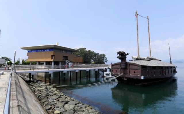 진해 해군사관학교 내의 거북선과 지난 1976년 해사 개교 30주년을 기념해 만들어졌다가 1981년 신축한 박물관(왼쪽)./성승건 기자/