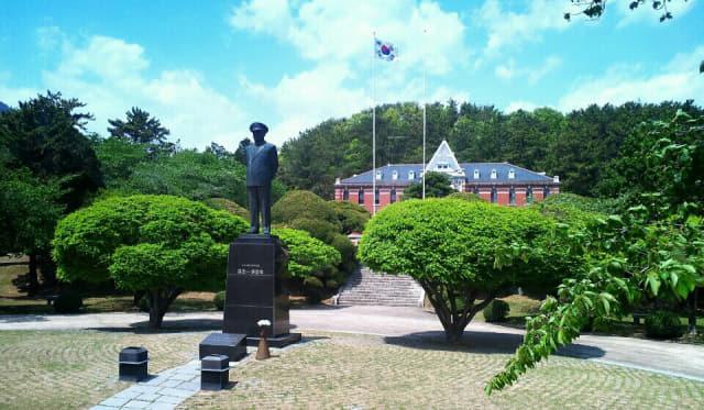 해군의 아버지라 불리는 손원일 제독 동상.