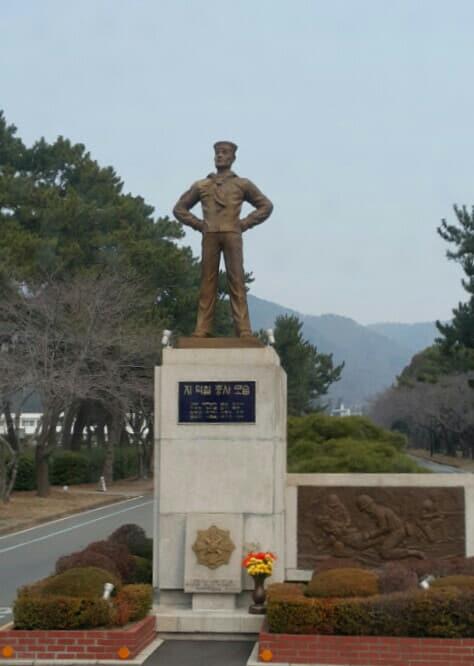 월남전 당시 포위된 소대원을 탈출시킨 뒤 산화한 지덕칠 중사 동상./진해구청/