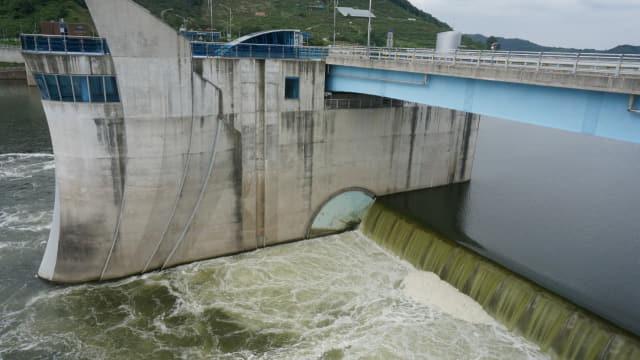 낙동강 창녕함안보 수문을 지나는 강물이 녹색 빛을 띠고 있다./경남신문DB/