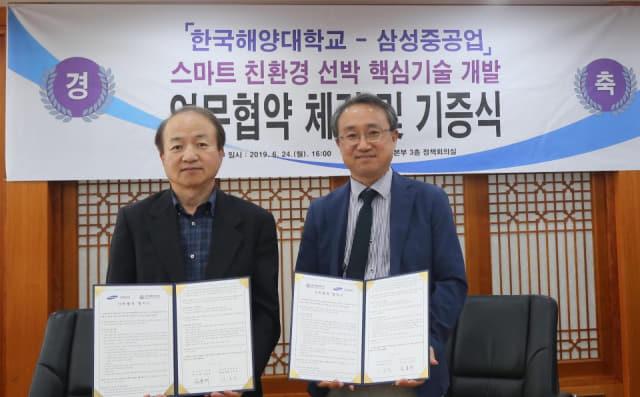 한국해양대학교 대학본부에서 심용래 삼성중공업 조선해양연구소장(사진 왼쪽)과 이호진 한국해양대학교 총장(직무대리)(사진 오른쪽)이 친환경·스마트 선박 핵심기술 개발 관련 업무협약을 체결했다. 삼성중공업 제공