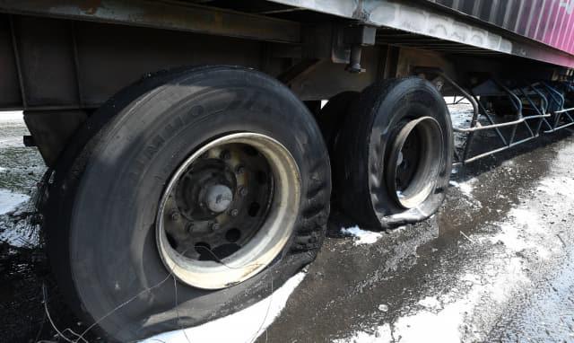 25일 창원터널 김해 방면으로 향하던 트럭 바퀴에서 불이나 30분 만에 진화됐다. 이 사고로 창원터널 김해 방면으로 차량정체가 빚어졌다./성승건 기자/