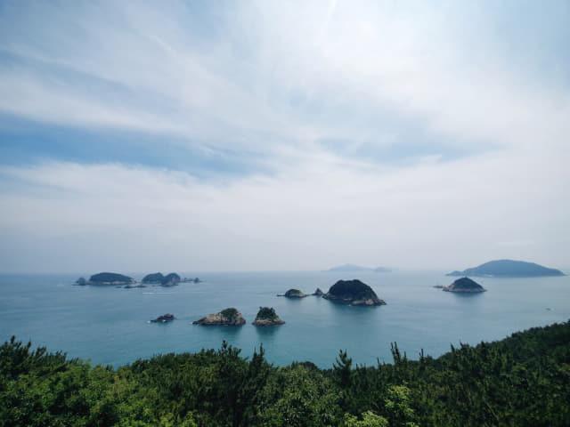 거제 여차 홍포전망대서 바라본 바다. 대병대도, 소병대도, 매물도, 소매물도 등 남쪽에 모여 있는 주변 섬들을 한눈에 볼 수 있다.