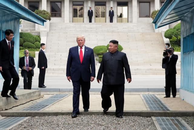 도널드 트럼프 미국 대통령과 북한 김정은 국무위원장이 30일 오후 판문점 군사분계선 북측 지역에서 인사한 뒤 남측으로 향하고 있다. 연합뉴스