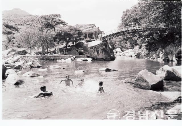 1981년 8월 23일 함양군 서하면 봉전리 화림동 계곡물에서 아이들이 물놀이를 즐기고 있다. 그 뒤로 거연정이 보인다.