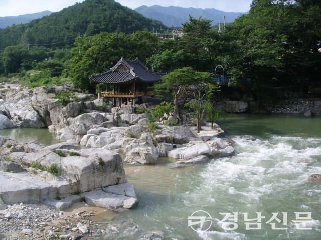 2005년 유홍준 시인이 찾은 거연정. 81년도부터 24년이 지났으나 여전히 아름다운 자태를 뽐내고 있다.