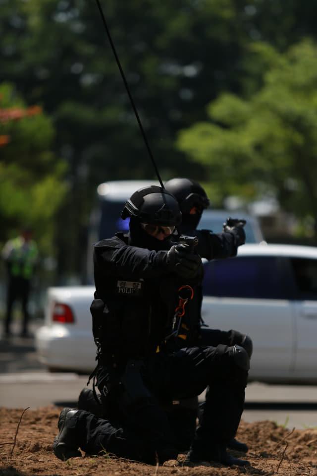 4일 열린 경남 경찰특공대 창설식에서 특공대 전술요원들이 레펠 시가전 훈련을 선보이고 있다./경남지방경찰청/