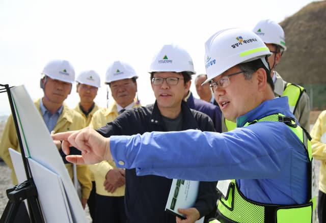 지난달 19일 하남일반산업단지 현장에서 박일호 밀양시장이 공사관계자들과 향후 추진계획을 논의하고 있다./밀양시/
