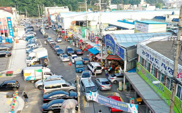 지난 5일 창원시 마산회원구 동마산전통시장 앞 도로가 퇴근시간을 맞아 혼잡을 빚고 있다./성승건 기자/