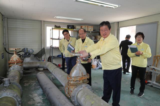 이선두 의령군수가 부림정수장을 찾아 직접 밸브를 조작하면서 정수현황을 점검하고 있다./의령군/