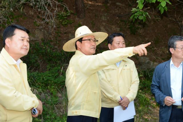 지난 5월 24일 한정우 군수가 창녕읍 옥천저수지 농업용수 공급 현장을 방문해 가뭄 대비에 만전을 기해 줄 것을 당부하고 있다./창녕군/