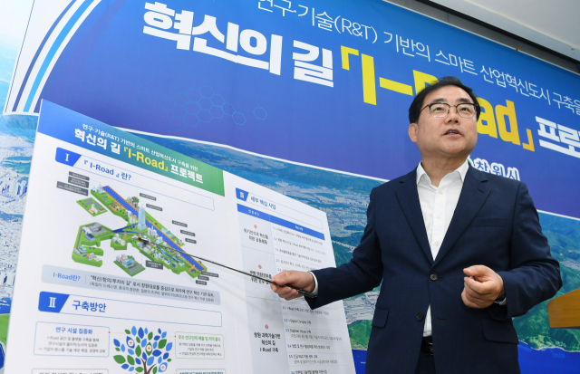 허성무 창원시장이 10일 시청 프레스센터에서 'I-Road' 프로젝트 추진 계획을 설명하고 있다./김승권 기자/