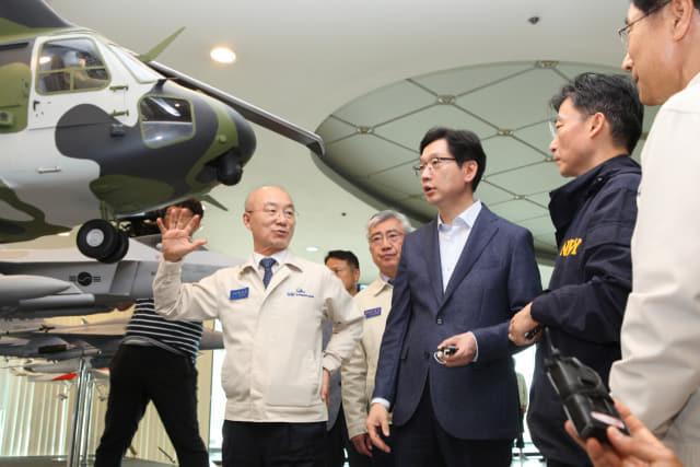 KAI 항공기동 홍보전시장에서 수리온핼기에 대한 설명을 하고 있는 KAI 김조원 사장./KAI/