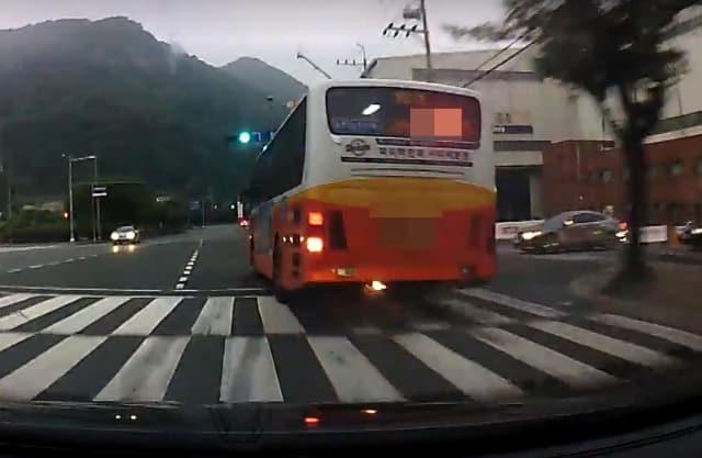 지난 1일 성산구 신촌동 신촌광장교차로 인근 도로에서 주행중인 버스의 엔진룸 하부에서 불이 보이고 있다./보배드림 게시물 캡쳐/