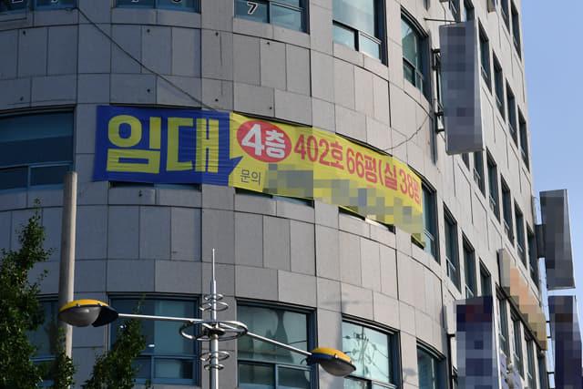 창원시 의창구 팔룡동의 한 상가 건물에 임대 현수막이 붙어 있다./전강용 기자/