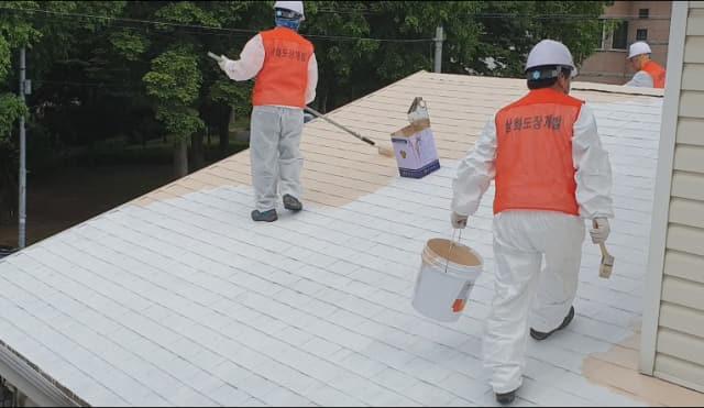 상화도장개발이 지난 6월 창원시 의창구 대원동 한 주택의 아스팔트 싱글지붕에 IPS Coat를 시공하고 있다./상화도장개발/