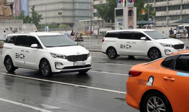 국토교통부가 '혁신성장과 상생발전을 위한 택시제도 개편방안'을 발표한 17일 서울 도심에서 '타다'차량과 택시가 운행하고 있다. 연합뉴스