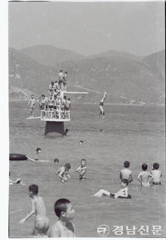 1970년대 초반으로 추정, 가포 해수욕장에서 다이빙 하는 소년들의 모습