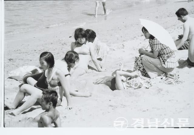 1970년대 초반 추정, 가포 해수욕장에서 수영복을 입고 해수욕을 즐기는 사람들.