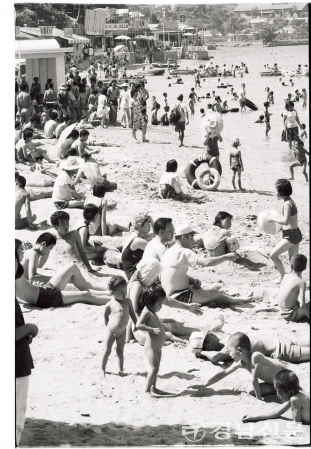 1970년대 초반으로 추정되는 사진. 시민들이 가포 해수욕장을 찾아 즐겁게 한때를 보내고 있다.