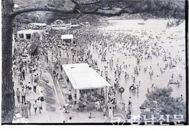 1960년대 말로 추정하는 가포 해수욕장의 여름 모습. 물 반 사람 반이라는 말에 들어맞는다.