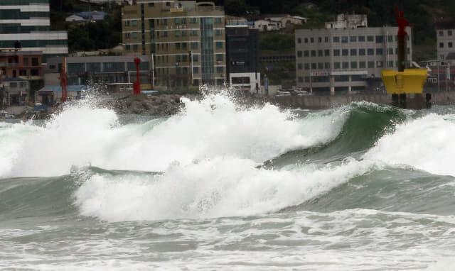 제5호 태풍 '다나스'가 북상 중인 19일 오후 부산 해운대해수욕장 앞바다에서 높은 파도가 해변을 덮치고 있다. 연합뉴스