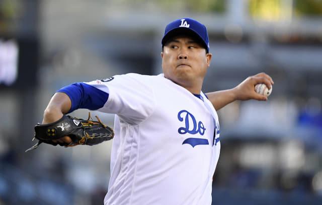 류현진(로스앤젤레스 다저스)이 19일(현지시간) 미국 캘리포니아주 로스앤젤레스의 다저스타디움에서 열린 2019 메이저리그(MLB) 마이애미 말린스와의 홈경기 1회에 역투하고 있다. 선발 등판한 류현진은 7이닝 동안 안타 4개를 맞고 볼넷 3개를 허용했으나 삼진 7개를 솎아내고 1점만을 내줬다. 팀이 2-1로 앞선 7회 말 타석에서 대타 데이비드 프리즈와 교체돼 경기를 마쳤다. 연합뉴스